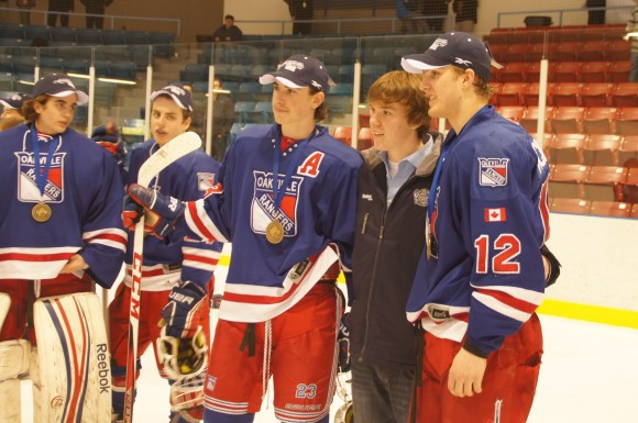 Erie Otters star Connor McDavid poses with Brett McKenzie (R) and Kyle Capobianco (L) of the victorious Oakville Rangers at the 2013 OHL Cup.